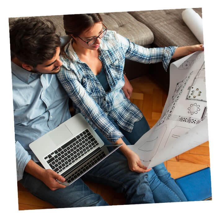 Un couple prépare le plan de sa maison en bois